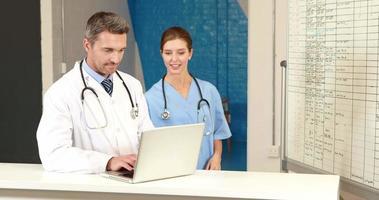 medici che controllano la scheda