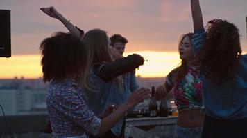 Mädchen tanzen auf der Dachparty
