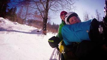 4 filmati 4K di padre e figlio ehjoying attrazione di bob invernale