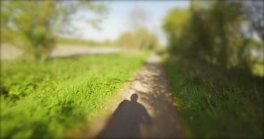 ombre cycliste sur chemin