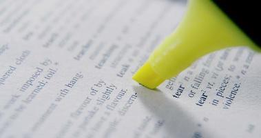 Nahaufnahme des Markierungsstifts, der Text hervorhebt