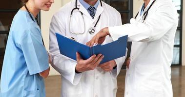 medici che esaminano i documenti
