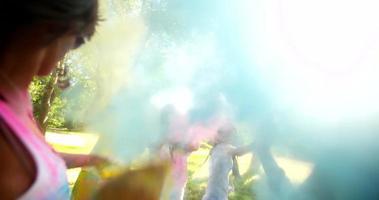 gruppo multietnico che celebra il festival di holi nel parco