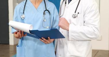 médicos olhando documentos video
