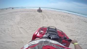 first person pov van een vierwieler die op paden langs de kust rijdt video