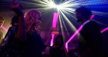 Chica fiestera rubia bailando con su amiga en un club nocturno video