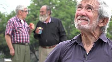 wütender alter Mann flucht