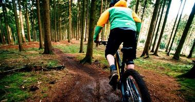 mountain biker iniziando a scendere con mtb slow motion