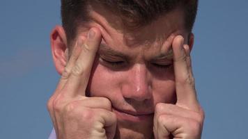 giovane che sperimenta lo stress