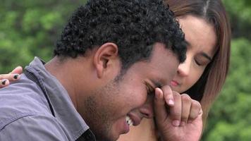 hombre llorando con un amigo