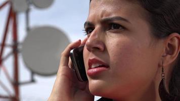 femmina arrabbiata usando il cellulare video