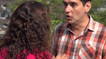coppia adulta litigando all'aperto video