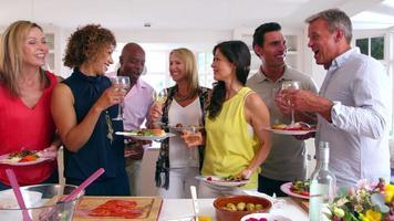 Amigos maduros disfrutando del buffet en la cena filmada en 3D