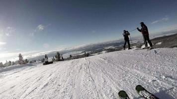 sciatore scende il pendio innevato durante le vacanze invernali video
