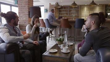 gruppo di amici che si incontrano per un caffè in un bar girato su r3d