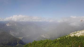 parapente sobre el paisaje de las montañas rocosas de los Alpes video