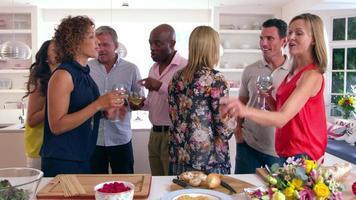 Gruppe reifer Freunde, die Dinnerparty genießen, erschossen auf r3d