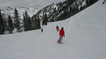 gli sciatori scendono dalle montagne, stazione sciistica snowbird, Utah