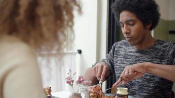 giovani coppie che godono del pasto alla data nel ristorante della città