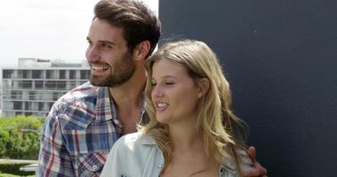 süßes Paar lacht auf dem Balkon video