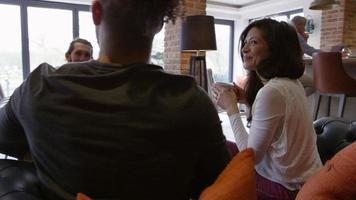 Gruppe von Freunden, die sich zum Kaffee in der Bar treffen, erschossen auf r3d
