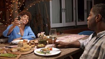casal maduro desfrutando de uma refeição ao ar livre no quintal video