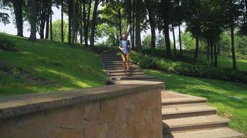Mann mit einem Bart die Treppe hinunter in der Stadt an einem sonnigen Tag