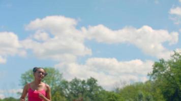 femme de remise en forme en cours d'exécution au ralenti. vraie femme court dans le parc
