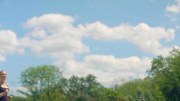 donna fitness in esecuzione al rallentatore. ragazza corre sullo sfondo del cielo