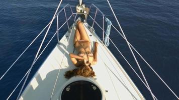 belle fille se faire bronzer sur le yacht. video