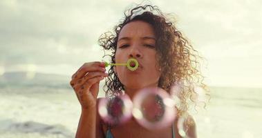 giovane donna che soffia bolle video