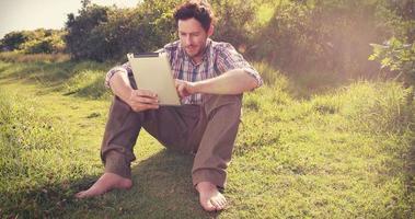 giovane uomo utilizzando tablet in campagna video