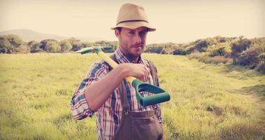 felice contadino che tiene una pala video