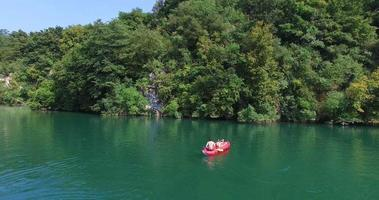 Couple canoë sur la rivière sur la rivière Mreznica, Croatie