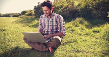 giovane uomo utilizzando laptop in campagna video