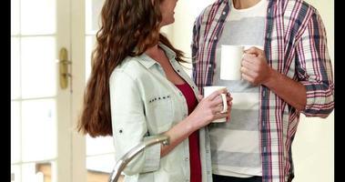 feliz pareja joven tomando café