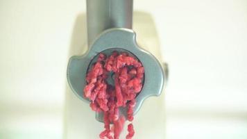 hachoir à viande broie la viande. 4k video