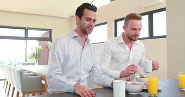 pareja homosexual desayunando