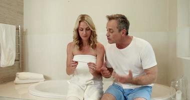 casal esperando resultado do teste de gravidez video