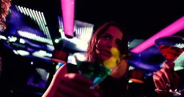 chicas fiesteras felices brindando cócteles en la discoteca video