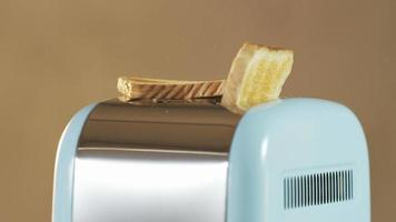 dois pães saltando de uma torradeira elétrica video
