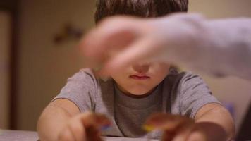 um garotinho usando cortadores de biscoitos na cozinha de casa video