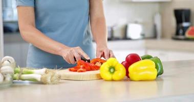 femme, préparer, légumes, sur, les, planche à découper video
