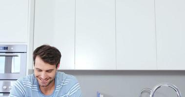 homem bonito usando tablet video