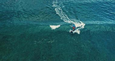 vista aerea del surfista stand up paddle boarding sulle onde dell'oceano blu