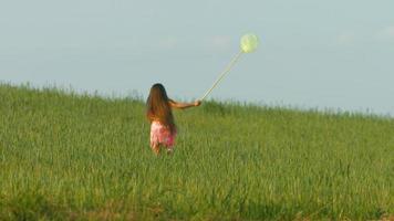 niña jugando en la hierba.