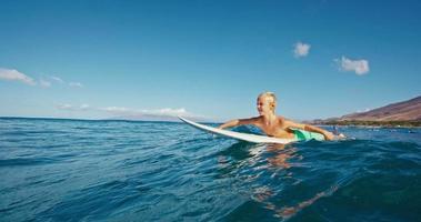 Junge beim Surfen