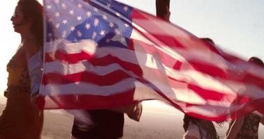 attraktive junge erwachsene Frau hält eine amerikanische Flagge