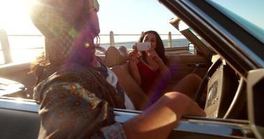 heureux, jeune, hipster, couple, prendre photos, dans, a, décapotable