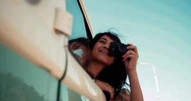 Hipster jeune fille adulte prenant une photo d'une camionnette